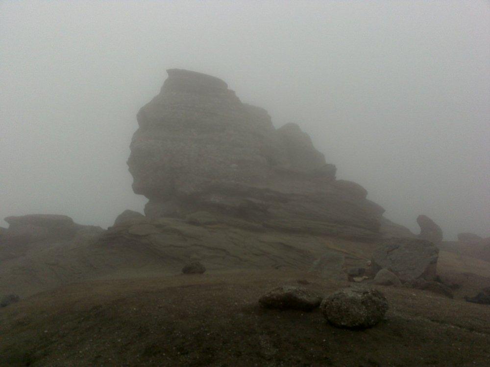Sfinxul ne priveşte prin norii de ceaţă